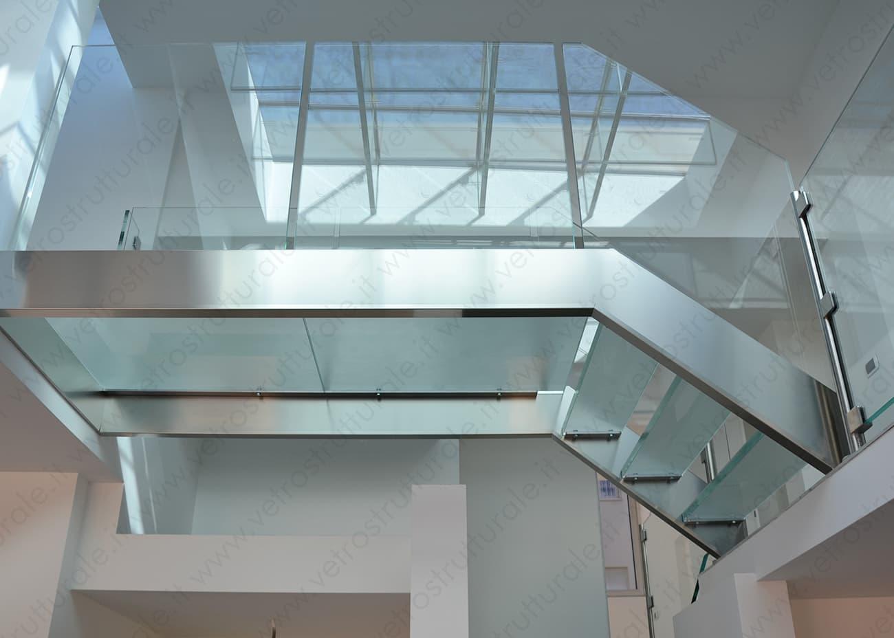 Realizzazione di soppalchi, scale e passerelle in vetro strutturale a Milano
