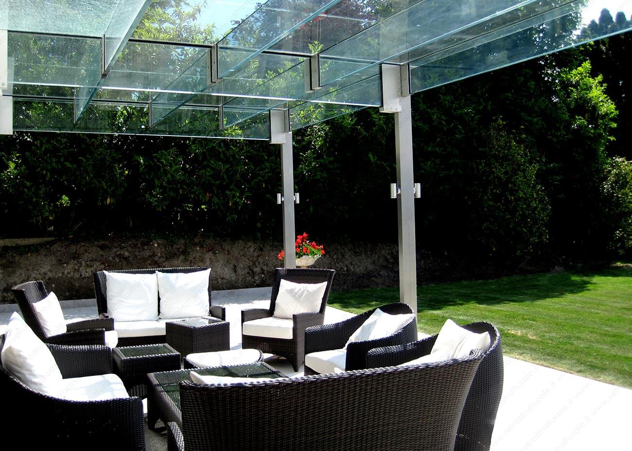 Per una villa privata a Ginevra, VetroStrutturale ha realizzato un canopy in vetro strutturale