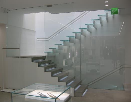 Vetrostrutturale realizza splendide scale in vetro