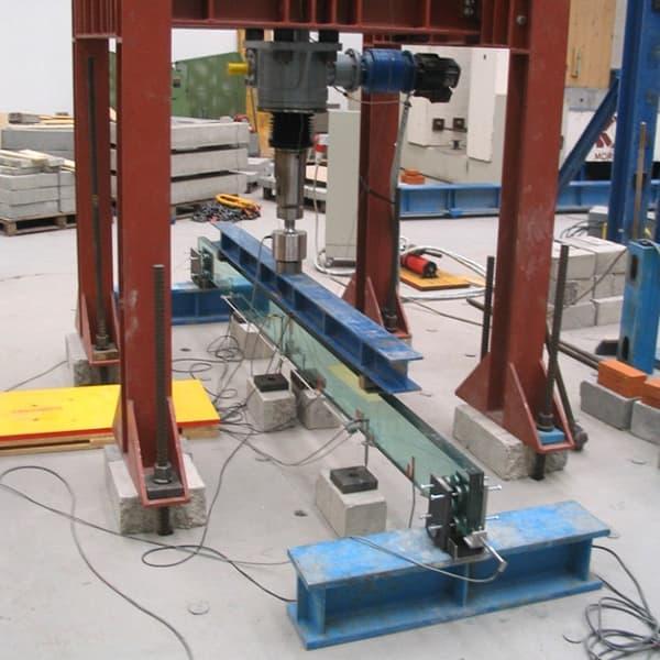 """La trave in vetro realizzata con """"SISTEMA VTRS"""" viene posizionata sul banco e viene approntato il sistema di prova"""