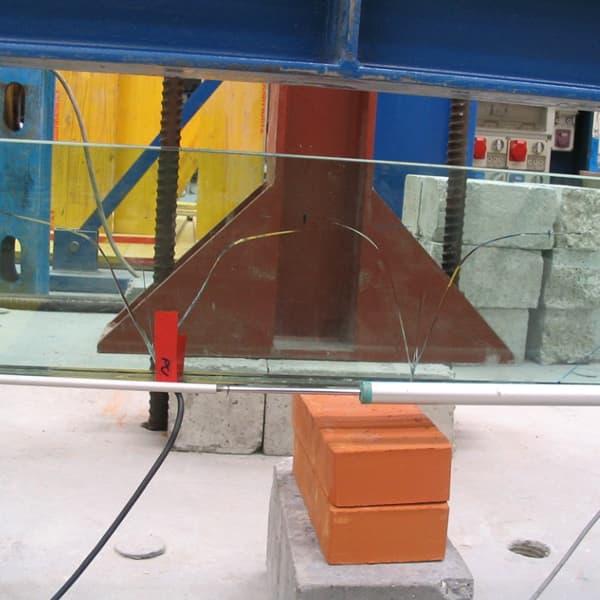 """La trave in vetro realizzata con """"SISTEMA VTRS"""" viene gradualmente caricata fino all'insorgere dei primi segni di cedimento delle lastre"""