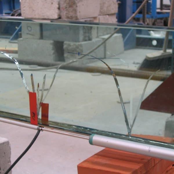 """Aumentano i cedimenti: La trave in vetro realizzata con """"SISTEMA VTRS continua ad essere caricata. I cedimenti delle lastre aumentano"""