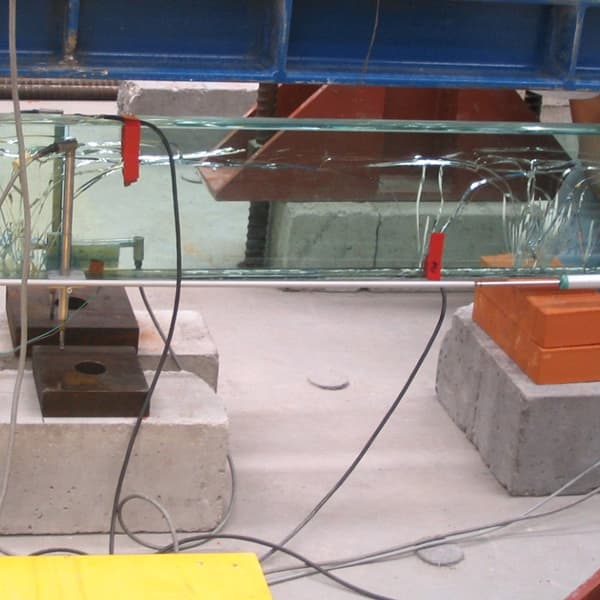 """La trave in vetro realizzata con """"SISTEMA VTRS continua ad essere caricata, ma il primo cedimento avvenuto in zona centrale non procede."""
