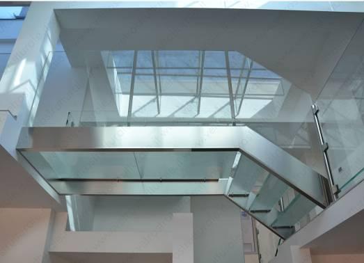 il vetro non solo come elemento delicato ma come struttura di design:scale, soppalchi, travi e molto altro