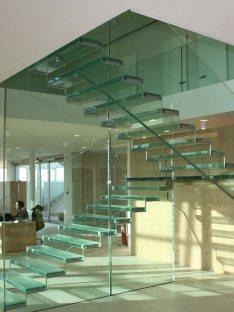 Vetrostrutturale realizza scale in vetro con sistema VTRS anti rottura
